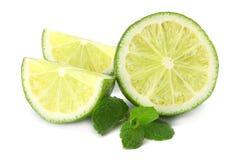 sund mat Limefrukt med mintkaramellsidor som isoleras på vit bakgrund royaltyfria bilder