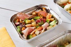Sund mat, lunch i ask, bantar begrepp Royaltyfri Foto