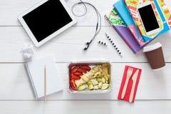 Sund mat, lunch i folieask på studenttabellen, bantar Arkivfoton