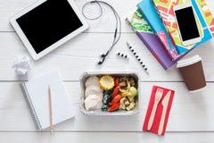Sund mat, lunch i folieask på studenttabellen, bantar Royaltyfria Foton