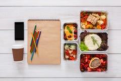 Sund mat, lunch i folieask på studenttabellen, bantar Arkivfoto