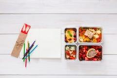 Sund mat, lunch i folieask på studenttabellen, bantar Royaltyfri Fotografi