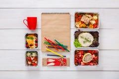 Sund mat, lunch i folieask på studenttabellen, bantar Fotografering för Bildbyråer
