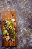 sund mat Nya salladtomat, ost och gräsplaner, bästa sikt Arkivfoto