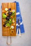 sund mat Nya salladtomat, ost och gräsplaner, bästa sikt Royaltyfria Bilder