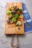 sund mat Nya salladtomat, ost och gräsplaner, bästa sikt Arkivfoton