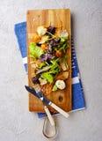 sund mat Nya salladtomat, ost och gräsplaner, bästa sikt Royaltyfria Foton