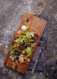 sund mat Nya salladtomat, ost och gräsplaner, bästa sikt Fotografering för Bildbyråer