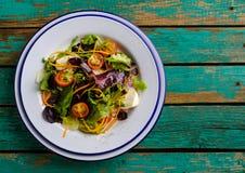sund mat Nya salladtomat, ost och gräsplaner, bästa sikt Arkivbilder