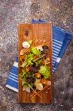 sund mat Nya salladtomat, ost och gräsplaner, bästa sikt Royaltyfri Bild