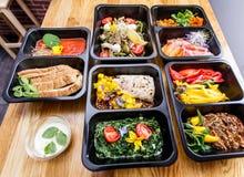 Sund mat och bantar begreppet, restaurangmaträttleverans Tagande bort av konditionmål Arkivfoto