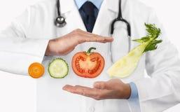 Sund mat och den naturliga näringläkarundersökningen bantar begreppet, händer D fotografering för bildbyråer