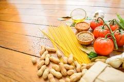 Sund mat och grönsaker på en bakgrund på trätabellen Top beskådar Begrepp om mat och sunda nya ingredienser royaltyfria bilder