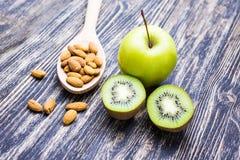 Sund mat och livsstil på en träbakgrund arkivfoto