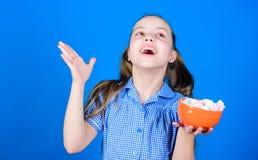 Sund mat och tandv?rd Marshmallow Godisen shoppar Den lilla flickan ?ter marshmallowen Banta och kalori Gottegris arkivbilder