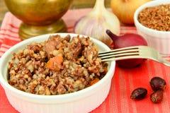 Sund mat: Pilaff med kött och röda ris arkivbilder