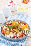 Sund mat - sallad med grönsaker och keso Royaltyfri Fotografi