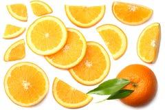 sund mat skivad apelsin med det gröna bladet som isoleras på bästa sikt för vit bakgrund Royaltyfria Foton