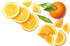 sund mat skivad apelsin med det gröna bladet som isoleras på bästa sikt för vit bakgrund Arkivfoto