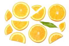 sund mat skivad apelsin med det gröna bladet som isoleras på bästa sikt för vit bakgrund Fotografering för Bildbyråer