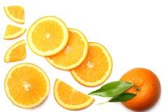 sund mat skivad apelsin med det gröna bladet som isoleras på bästa sikt för vit bakgrund Arkivbilder