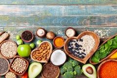 Sund matbakgrund från frukter, grönsaker, sädesslag, tokigt och superfood Diet- och allsidig vegetarian som äter produkter royaltyfri foto