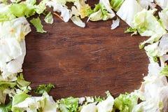 Sund matbakgrund - gröna grönsaker, lantlig trätabell Arkivbild