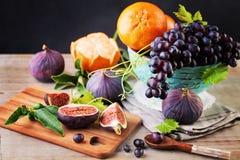 Sund matbakgrund med färgrik frukt royaltyfri bild
