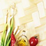 Sund matbakgrund med olika grönsakingredienser, med olja arkivfoton