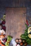 Sund matbakgrund på träbräde Grönsakmeny Bästa sikt, kopieringsutrymme Fotografering för Bildbyråer