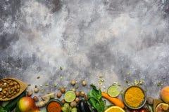 Sund matbakgrund, ram av organisk mat Ingredienser för sund matlagning: grönsaker frukter, muttrar, kryddor royaltyfri fotografi