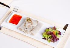 Sund Meaty vår Rolls med Veggies och sås royaltyfri foto