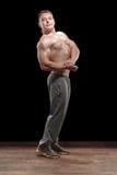 Sund muskulös ung man i studio royaltyfri fotografi