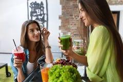 Sund näring och bantar mat Kvinnor som dricker ny fruktsaft royaltyfria bilder