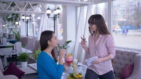 Sund näring, unga kvinnor under lunch med syfte att förlora vikt skriver ner att äta plansammanträde i kafé arkivfilmer