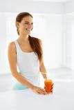 sund näring Vegetarisk kvinna som dricker Detoxfruktsaft Mat, arkivbild
