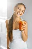 sund näring Vegetarisk kvinna som dricker Detoxfruktsaft Mat, fotografering för bildbyråer