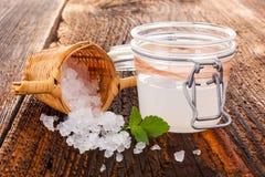 Sund naturlig drink som göras från tibi kristaller royaltyfria bilder