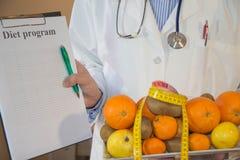 Sund naturlig organisk mat bantar, mogen skördfruktsammansättning som mäter bandet med, bantar plan Arkivfoto