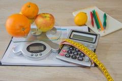 Sund naturlig organisk mat bantar, mogen skördfruktsammansättning som mäter bandet, räknemaskinen med, bantar plan Royaltyfri Foto