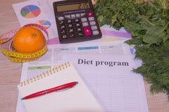 Sund naturlig organisk mat bantar, mogen skördfruktsammansättning som mäter bandet, räknemaskinen med, bantar plan Arkivfoto