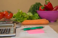 Sund naturlig organisk mat bantar, mogen skördLåg-kalorin frukt, och grönsaker bantar Arkivfoton