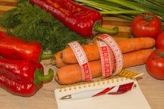 Sund naturlig organisk mat bantar, mogen skördLåg-kalorin frukt, och grönsaker bantar Arkivbild