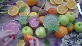 Sund naturlig smoothie på en träbakgrund arkivfilmer
