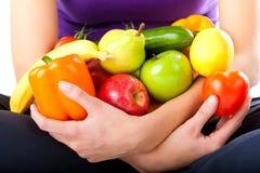 Sund näring - ung kvinna med frukter Royaltyfri Foto
