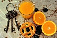 Sund ny frukost med björnbär och orange fruktsaft Arkivfoto