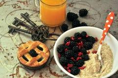 Sund ny frukost med björnbär och orange fruktsaft Arkivbilder