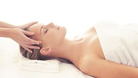 Sund och härlig flicka i Spa Rekreation energi, hälsa, massage och läkabegrepp arkivbild