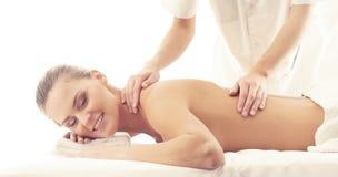 Sund och härlig flicka i Spa Rekreation energi, hälsa, massage och läkabegrepp royaltyfri bild