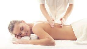 Sund och härlig flicka i Spa Rekreation energi, hälsa, massage och läkabegrepp fotografering för bildbyråer